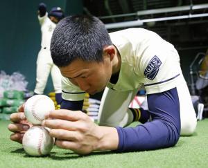 集中力を高める練習で、ボールを重ねる創志学園・難波(撮影・今中雄樹)