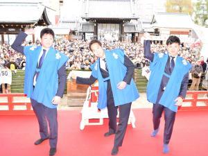 大阪天満宮で福玉まきを行う(左から)竹安、青柳、坂本(撮影・伊藤航)