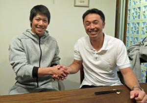 笑顔で握手を交わすヤクルト山田(左)と宮本氏(撮影・鹿野雄太)