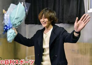 日本テレビ系ドラマ「視覚探偵 日暮旅人」の撮影をオールアップし、笑みを浮かべる松坂桃李