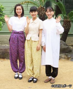NHK連続テレビ小説「べっぴんさん」の出演者たち。左から蓮沸美沙子、ヒロインの芳根京子、谷村美月