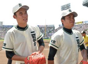 三本松に敗れ、悔しそうにベンチへ戻る二松学舎大付・市川(左)と田中(撮影・鈴木みどり)