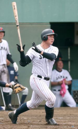 5回裏U-18無死一塁、清宮幸太郎は右越え本塁打を放つ(撮影・鈴木正人)