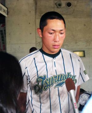 敗戦し、目を赤くして報道陣の取材を受ける鶴岡東・吉住