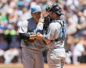 ヤンキース田中は4回に本塁打を浴び、ロマイン捕手と話し合う(ロイター)