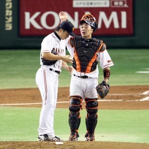 日本シリーズ第2戦 巨人対日本ハム 1回表日本ハム2死一、二塁、打者稲葉の時、制球の定まらない沢村拓一(手前)にマウンドで頭をたたいて喝を入れる阿部慎之助(2012年10月28日撮影)