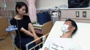 病室で寛子夫人(左)と会話する広島赤松(TBSテレビ提供)