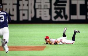 ソフトバンク対西武 4回表西武無死一塁、川崎は中村の打球を好捕し二併殺に(撮影・栗木一考)