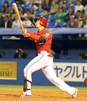 3回表広島無死二塁、鈴木は左翼に2点本塁打を放つ(撮影・浅見桂子)