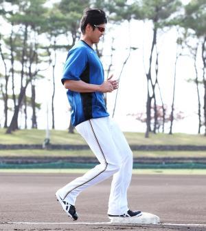 左足で一塁ベースを踏む走塁練習をする日本ハム大谷(撮影・井上学)