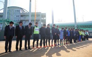 練習前、グラウンドから神戸方面を向いて整列し黙とうする阪神選手と役員関係者たち(撮影・加藤哉)