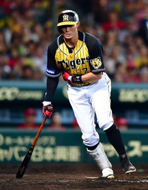 5回裏阪神1死二塁、スイング後に右脇を気にする糸井はベンチに戻りそのまま交代となる(撮影・清水貴仁)