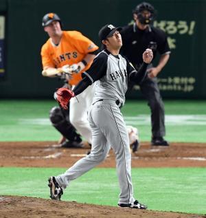 3回裏巨人2死、マギーに6号ソロ本塁打を浴びる岩貞(撮影・たえ見朱実)