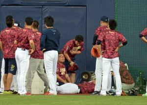 試合前練習でオリックス中島(中央で横たわる)が負傷した現場(撮影・渦原淳)