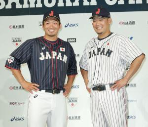 新ユニホームを披露する広島鈴木(左)とDeNA筒香(撮影・中島郁夫)