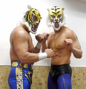 6日の大田区大会を前に、IWGPヘビー級王者オカダと初対戦したタイガーマスクW(右)。左はタイガーマスク
