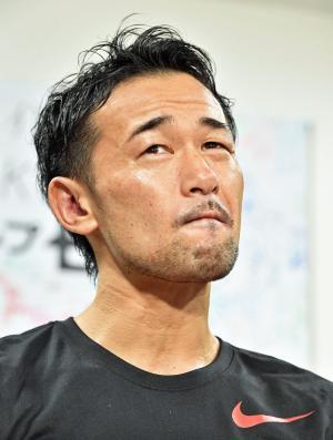4回TKO負けを喫した山中慎介は囲み取材で納得の行かない表情を見せる(撮影・鈴木みどり)