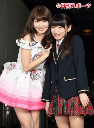 笑顔を見せる小嶋陽菜(左)と久保怜音(写真は2016年3月30日)