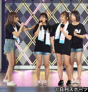 多田愛佳(左から3人目)は、チームK4キャプテンに指名した本村碧唯(同2人目)の頭をなでて激励する。左は指原莉乃(撮影・森本隆)