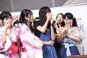 予備戦で敗れ、思わず口を押さえるAKB48チーム8歌田初夏(左から3人目)(C)AKS