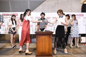 AKB48ユニットじゃんけん大会予備戦 深川舞子(左)に勝ち、6年ぶりに本戦へ駒を進めることが決まった指原莉乃(C)AKS