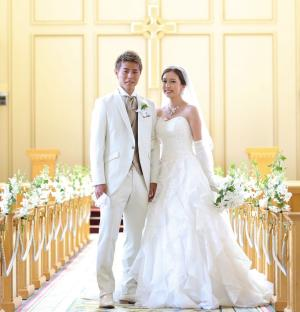 大阪市内のホテルで結婚式を行ったC大阪柿谷曜一朗(左)と丸高愛実夫妻