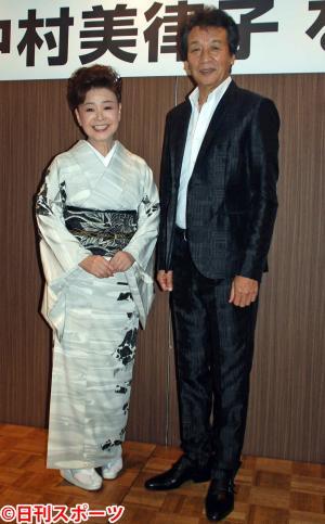 左から中村美律子、前川清(撮影・松浦隆司)