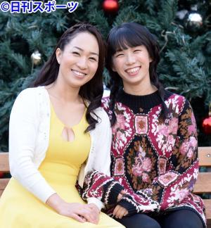 14年12月、結婚報告会見で笑顔を見せる一ノ瀬文香(左)と杉森茜