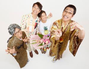 結婚した古坂大魔王(中央左)と安枝瞳(同右)を祝福するピコ太郎(右端)多味(左端)夫妻