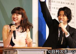 映画「ひるなかの流星」の女子高生限定試写会で、教室のセットに座り生徒になりきる永野芽郁(左)と三浦翔平(撮影・杉山理紗)