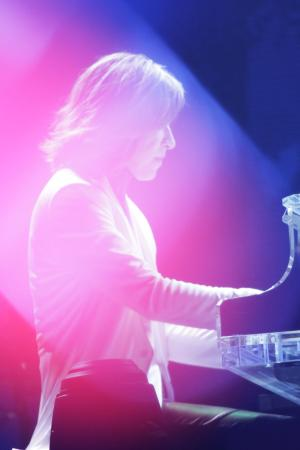 世界ツアーの皮切りとなる日本ツアー最終公演を行ったX JAPAN。ピアノを弾くYOSHIKI(ウドー提供)