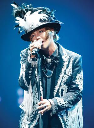 ライブツアーの横浜アリーナ公演で熱唱するチャン・グンソク