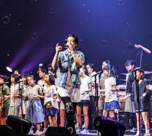 故郷・福島で初公演を行ったディーン・フジオカ。地元の小中学生44人とコラボレーションし、2曲を一緒に歌った