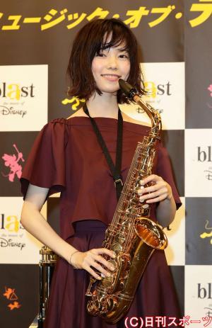 ブラスト!ミュージック・オブ・ディズニーの東京公演にサックスで参加する島崎遥香(撮影・丹羽敏通)
