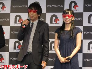 赤いサングラスをプレゼントされた木根尚登(左)。右は高宗歩未
