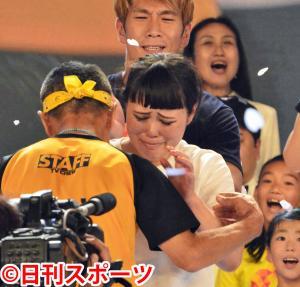 ゴールしたチャリティーランナーのブルゾンちえみは、坂本雄次トレーナーと抱き合った(撮影・酒井清司)