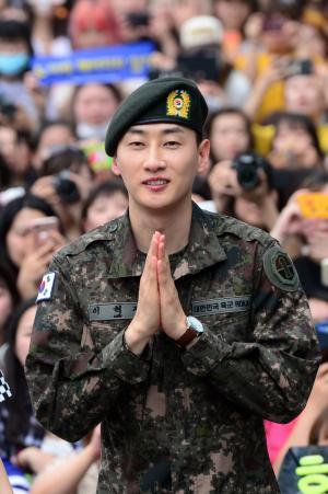 1年9カ月に渡る兵役を終え、出迎えたファンに手を合わせ笑顔を見せるSUPER JUNIORのウニョク