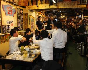 野球ファンが集まる居酒屋「あぶさん」で、日本の勝利を喜ぶ来客ら(撮影・杉山理紗)