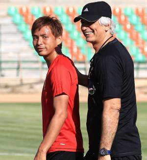 練習中、乾(左)に話しかけ笑顔を見せるハリルホジッチ監督(撮影・江口和貴)