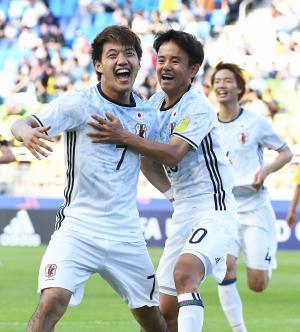 日本対南アフリカ 後半、勝ち越しゴールを決めた堂安律(左)は、アシストした久保建英と喜び合う(2017年5月21日撮影)