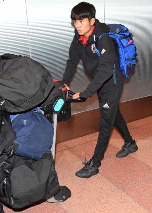 U-20W杯韓国大会の決勝トーナメント1回戦で敗退した日本代表の久保は羽田空港に到着した(撮影・山崎安昭)