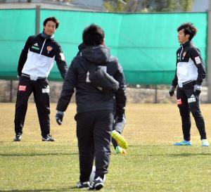 ボール回しをする仙台DF石川直(奥左)、奥右はDF小島(撮影・秋吉裕介)