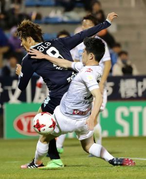 前半、札幌DF進藤(右)と競り合う磐田FW小川(撮影・丹羽敏通)